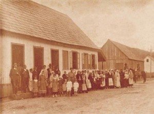 Opening van de Kolonie Gonçalves Júnior in 1908. Een groep Nederlandse immigranten voor de winkel van de kolonie