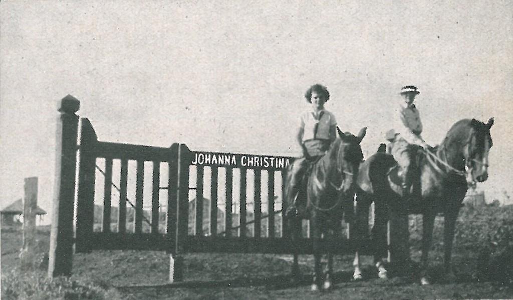 De Telegraaf plaatste met als ondertitel 'Geslaagde  immigranten in de Hollandse kolonie Carambehy' deze uit 1939 daterende foto van de vrouw en dochter van Roeland Vermeulen.